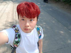白いTシャツの少年